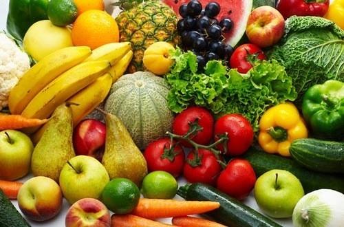 Lựa chọn chế độ ăn uống nhiều rau xanh và hoa quả tươi giúp kiểm soát bệnh tim