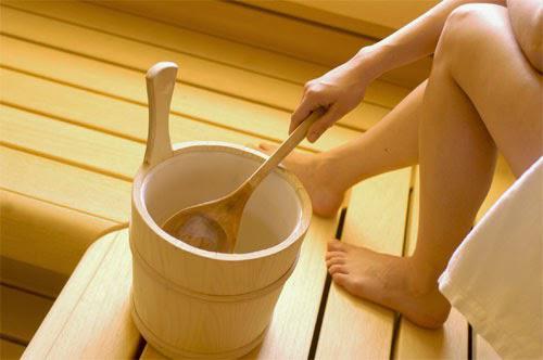 """Khi vệ sinh bằng lá trầu không nên rửa ngoài, không nên ngâm """"vùng kín"""" lâu tránh thụt rửa vào bên trong khi vệ sinh bằng lá trầu không"""