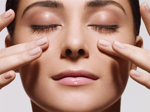 Chú ý tới ánh sáng trong văn phòng và massage mắt thường xuyên