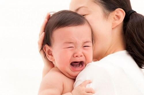 Khi trẻ quấy khóc nghi ngờ bị lồng ruột cha mẹ cần đưa trẻ đến bệnh viện để được bác sĩ chuyên khoa thăm khám chẩn đoán và điều trị hiệu qua