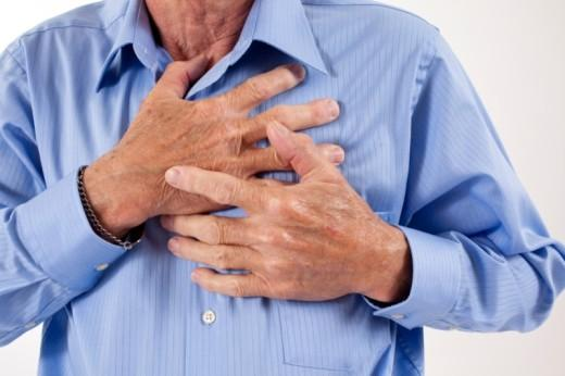 Khi cholesterol hình thành trong thành động mạch, cản trở lưu thông oxy và máu sẽ dẫn đến tình trạng đau tim.