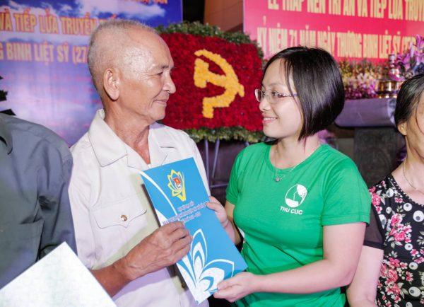 Nhân dịp này, Bệnh viện ĐKQT Thu Cúc dành tặng nhiều phần quà thăm hỏicác gia đình chính sách trên địa bàn quận Tây Hồ.