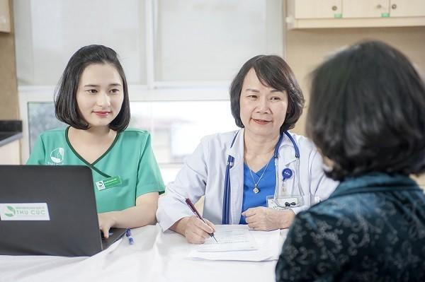 BS Nguyên Thị Minh Hương, trưởng Khoa Ung bướu - Bệnh viện Thu Cúc tư vấn khám cho người bệnh