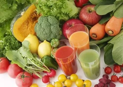 Để giảm nguy cơ mắc bệnh, nữ giới cần chú ý tăng cường rau xanh, trái cây tươi vào chế độ dinh dưỡng hàng ngày