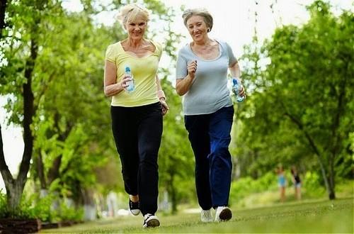 Tập thể dục, thay đổi lối sống và tạo cảm giác thoải mái,... là cách giúp cải thiện giấc ngủ ở người cao tuổi