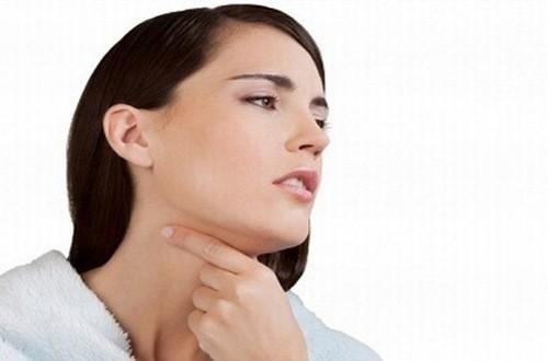 Hạt xơ dây thanh càng phát triển to thì họng càng sưng to, gây ảnh hưởng đến việc ăn uống.