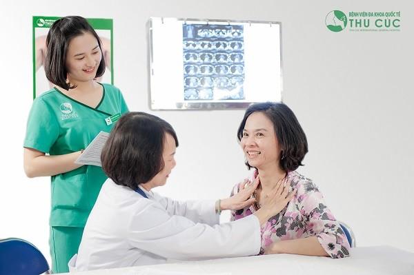 BS Nguyễn Thị Minh Hương (Trưởng khoa Ung bướu - bệnh viện Thu Cúc) thăm khám cho người bệnh