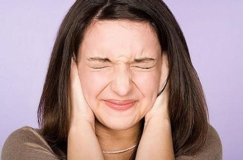 Ngoáy tai thường xuyên không đúng cách khiến nhiều người mắc bệnh viêm tai