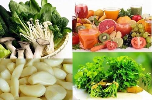 Người bệnh sỏi thận nên tăng cường rau xanh và hoa quả tươi, uống đủ nước mỗi ngày