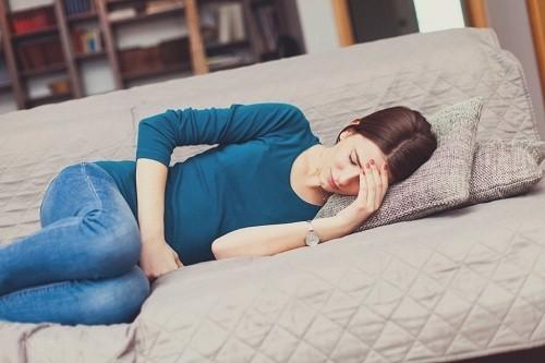 Cảm giác đau bụng lâm râm cũng là dấu hiệu bạn nữ nhận biết được ngày rụng trứng.