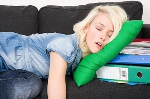 Ngủ sai tư thế có thể là nguyên nhân dẫn đến tình trạng đau đầu khi thức dậy