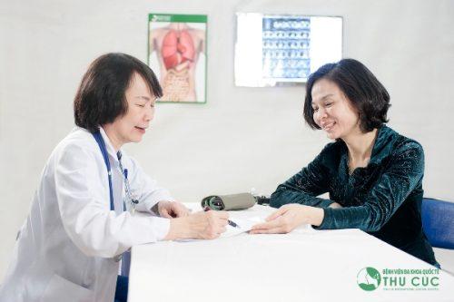 BS Nguyễn Thị Minh Hương, Trưởng Khoa Ung bướu - Bệnh viện Thu Cúc tư vấn khám cho khách hàng