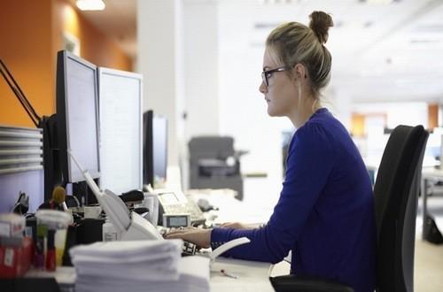 Ngồi làm việc quá lâu, ít vận động làm tăng nguy cơ cục máu đông
