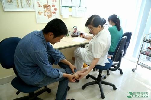 Người bệnh trật khớp cổ chân cần được bác sĩ chuyên khoa thăm khám và tư vấn điều trị hiệu quả.