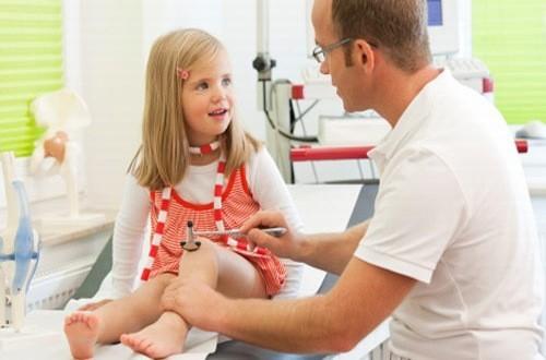 Khi trẻ có triệu chứng bệnh thấp khớp cấp cần đưa trẻ đến bệnh viện để được bác sĩ thăm khám chẩn đoán và điều trị hiệu quả