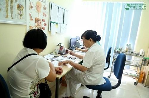 Người bệnh viêm khớp cùng chậu cần được bác sĩ chuyên khoa thăm khám và điều trị hiệu quả