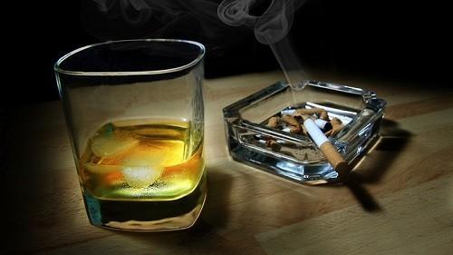 Thuốc lá, rượu mạnh là những yếu tố nguy cơ hàng đầu của ung thư vòm họng và nhiều bệnh ung thư vùng đầu cổ khác