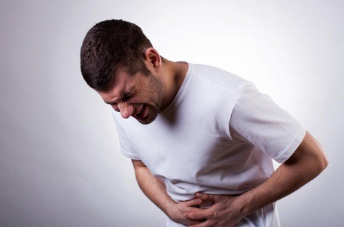 Đau bụng từ âm ỉ chuyển sang dữ dội kéo dài là triệu chứng cảnh báo viêm ruột thừa