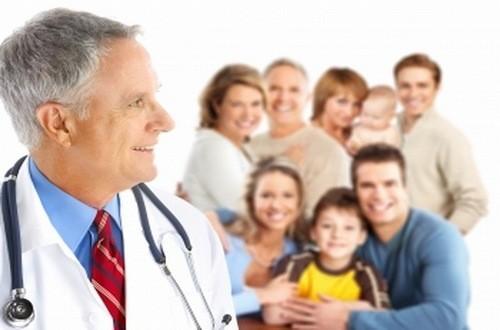 Bác sĩ gia đình chăm sóc sức khỏe tiện ích cho cả gia đình.