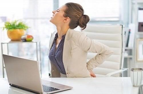 Ngồi nhiều, sai tư thế là nguyên nhân khiến bệnh đau lưng tấn công người trẻ.