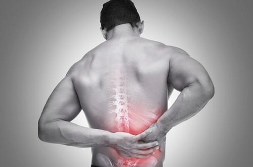 Người bệnh đau lưng cần được bác sĩ chuyên khoa thăm khám chẩn đoán và chỉ định phương pháp điều trị đúng cách