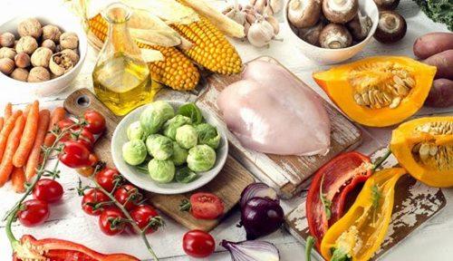 Dù có một số loại thực phẩm cần tránh nhưng người bệnh không nên kiêng khem quá mức mà cần phải bổ sung đầy đủ, đa dạng các loại thực phẩm vào chế độ ăn hàng ngày
