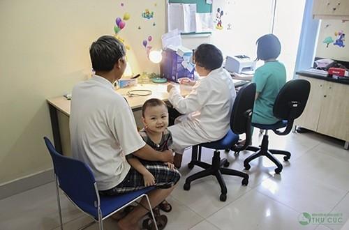 Khi trẻ có triệu chứng bệnh sởi, cha mẹ cần đưa trẻ đến bệnh viện để được bác sĩ chuyên khoa thăm khám và điều trị.
