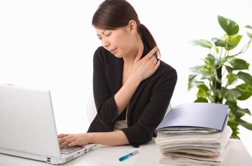 Làm việc với máy tính nhiều, lái xe,.. là những nguyên nhân gây bệnh viêm quanh khớp vai