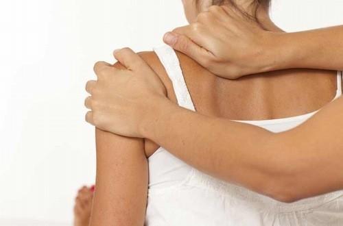Massgae, châm cứu, bấm huyệt có thể giúp giảm triệu chứng viêm quanh khớp vai