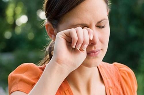 Dụi mắt nhiều khi ngứa là sai lầm nhiều người mắc phải gây tổn thương mắt