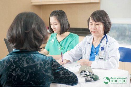 BS Nguyễn Thị Minh Hương, Trưởng khoa Ung bướu tư vấn khám cho người bệnh