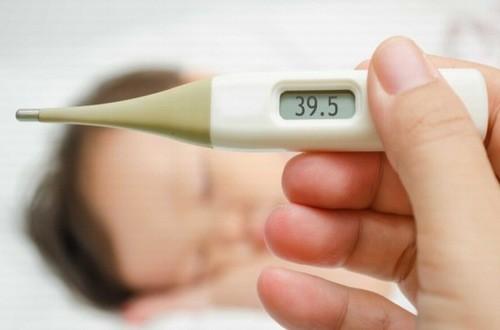Trẻ nhiễm siêu vi thường có triệu chứng sốt kéo dài có khi sốt cao