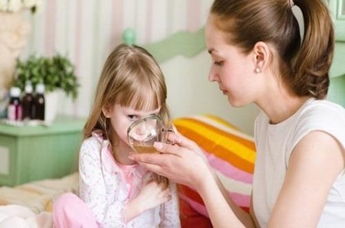 Bù nước cho trẻ đúng cách khi trẻ bị sốt siêu vi
