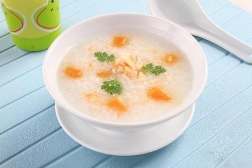 Bệnh nhân sau phẫu thuật ung thư tuyến giáp nên bắt đầu ăn uống với những thức ăn mềm như cháo, súp