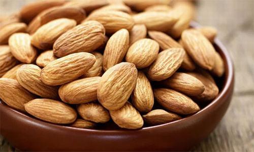 Hạnh nhân giàu chất béo tốt, magie nênrấttốt cho người bị bệnh đau nửa đầu. Hơn nữa, chúng còn chứa cao tryptophan - một axit amin giúp giải phóng serotonin (serotonin có liên quan đến tâm trạng, giấc ngủ, sự ngon miệng trong ăn uống…). Ăn hạnh nhân giúp thư giãn các mạch máu và cơ, hạn chế cơn đau nửa đầu.Hạt kê cũng chứa tất cả các chất dinh dưỡng thiết yếu và được biết đến với khả năng chống oxy hóa hữu hiệu. Ngoài ra, loại hạt này cũng chứa một lượng magie lớn. Thường xuyên ăn hạt kê sẽ làm giảm cơn đau nửa đầu, đồng thời giúp điều chỉnh huyết áp.
