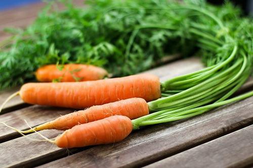 Cải bó xôi chứa nhiềumagie và vitamin B2 rất tốt cho người bị đau nửa đầu. Có thể tiêu thụ rau này ở dạng nấu chín, ăn sống hoặc thêm vào salad sẽ giúp giảm bớt các triệu chứng bệnh.Cà rốt có nhiều magie và beta-carotene, là một trong những loại thực phẩm tốt nhất hạn chế các triệu chứng đau nửa đầu. Người bệnh nên sử dụng cà rốt sống hoặc nước ép cà rốt thường xuyên. Bên cạnh đó, củ gừng được biết đến với tính kháng viêm, hạn chế biểu hiện buồn nôn và chứng đau nửa đầu. Uống một tách trà gừng sẽ giúp giảm các triệu chứng này.