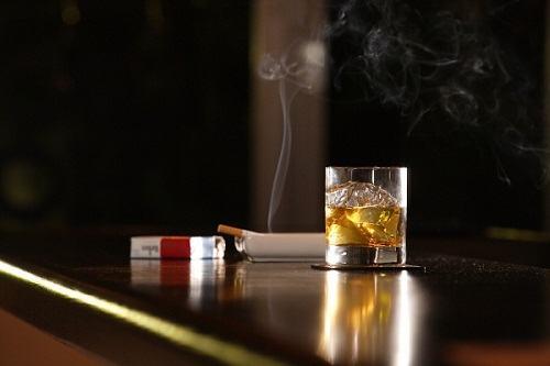 Người mắcbệnh động mạch vànhcần áp dụng chế độ ăn đầy đủ dinh dưỡng, chứa nhiều vitamin và đặc biệt cần loại bỏ hẳn thuốc lá, hạn chế tối đa rượu bia, đồ uống chứa cồn. Nhiều người đã biết đến tác hại của rượu đối với trái tim. Nguy hiểm không kém là hút thuốc lá hoặc hít phải khói thuốc lá. Chất nicotin trong thuốc lá có thể làm tăng nguy cơ hình thành mảng xơ vữa, cục máu đông. Đây là nguyên nhân gây co thắt động mạch, tắc nghẽn mạch máu nuôi dưỡng cơ tim.