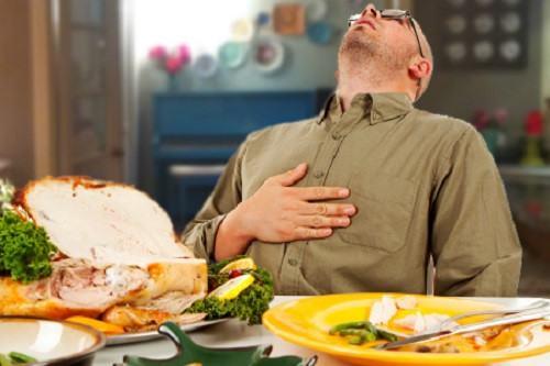 Việc ăn quá nhiều sẽ gây tích tụ thức ăn trong đó có những chất gây hại, khiến dạ dày phải làm việc quá sức. Lúc này thức ăn khó tiêu hoá nhanh, tạo thêm áp lực lên tim, hạn chế sự co bóp bình thường của tim. Khối lượng thức ăn lớn cũng khiến phầnlớn lượng máu phải tập trung vào đường tiêu hoá, dẫn đến thiếu máu cung cấp cho động mạch vành. Từ đó, người bệnh dễ bị đau tim, thậm chí tắc nghẽn cơ tim đe dọa tới tính mạng. Sẽ càng nghiêm trọng hơn nếu ăn quá no vào buổi tối, hoặc ăn quá muộn trước khi đi ngủ. Điều này khiến lượng mỡ trong máu tăng lên, đọng tại huyết quản, gây xơ cứng động mạch.
