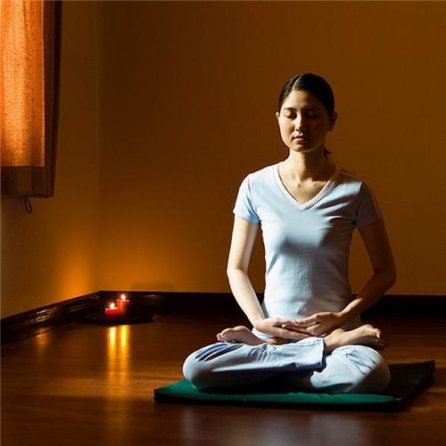 Ngồi thiền là một trong những cách điều trị đau nửa đầu vai gáy, trong đó nhân viên văn phòng có thể tận dụng thời gian nghỉ để thực hiện.