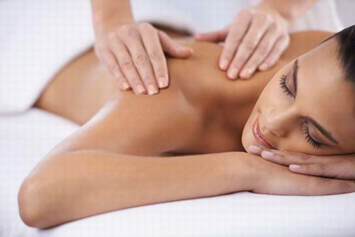Cũng là một trong các cách chữa đau nửa đầu vai gáy, massage giúp giải tỏa căng thẳng, cải thiện lưu thông máu, giảm sưng đau, cứng khớp.