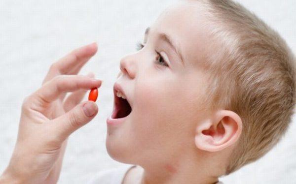 Bé bị viêm tai giữa cha mẹ cần cho bé uống đủ liều thuốc theo chỉ định của bác sĩ