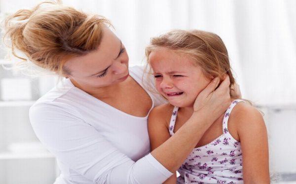 Viêm tai giữa gây đau tai, khó chịu cho người bệnh