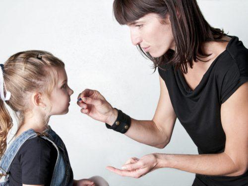 Cho con uống thuốc đúng chỉ định là điều cha mẹ nên lưu tâm