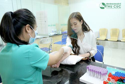 Bác sĩ sẽ chẩn đoán bệnh xuất huyết giảm tiểu cầu qua các xét nghiệm như:công thức máu, phết máu ngoại biên...