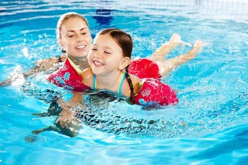Đảm bảo môi trường bơi lội sạch sẽ cũng là cách phòng bệnh nấm ống tai hiệu quả