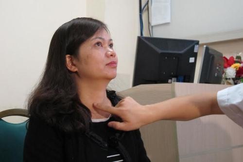 Khi thăm khám, bác sĩ sẽ giải thích cho người bệnh hiểu rõ các dấu hiệu bệnh bướu cổ