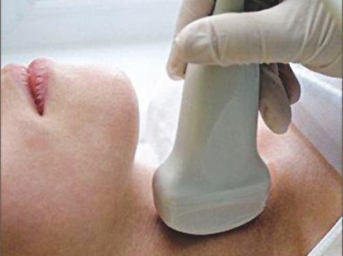 Khám tuyến giáp bao gồm khám lâm sàng (sờ, nhìn, nghe) và xét nghiệm, siêu âm.