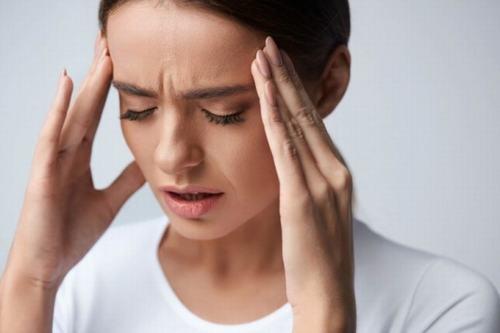 Tình trạng thường xuyên bị đau đầu xảy ra với khá nhiều người, làm giảm sút nghiêm trọng chất lượng cuộc sống.