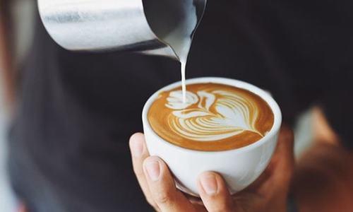 Ngoài các nguyên nhân bệnh lý, nếu uốngcà phê quá nhiều và liên tục sẽ khiến người uống thường xuyên bị đau đầu