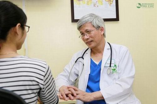 Nếu thấy thường xuyên bị đau đầu, bạn nên đến bác sĩ chuyên khoa khám sớm, tránh rủi ro nghiêm trọng.